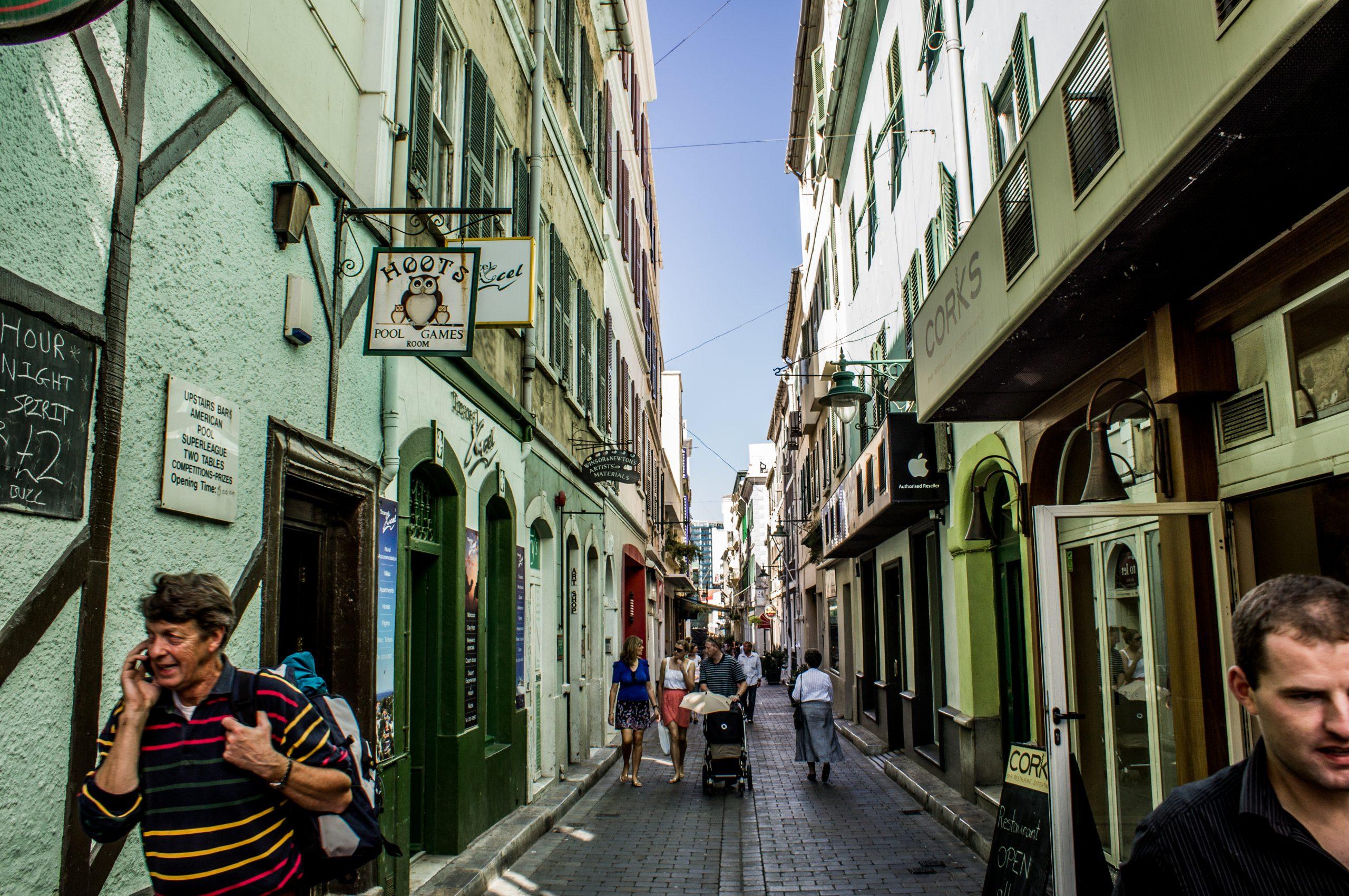 Transéuntes paseando por Gibraltar