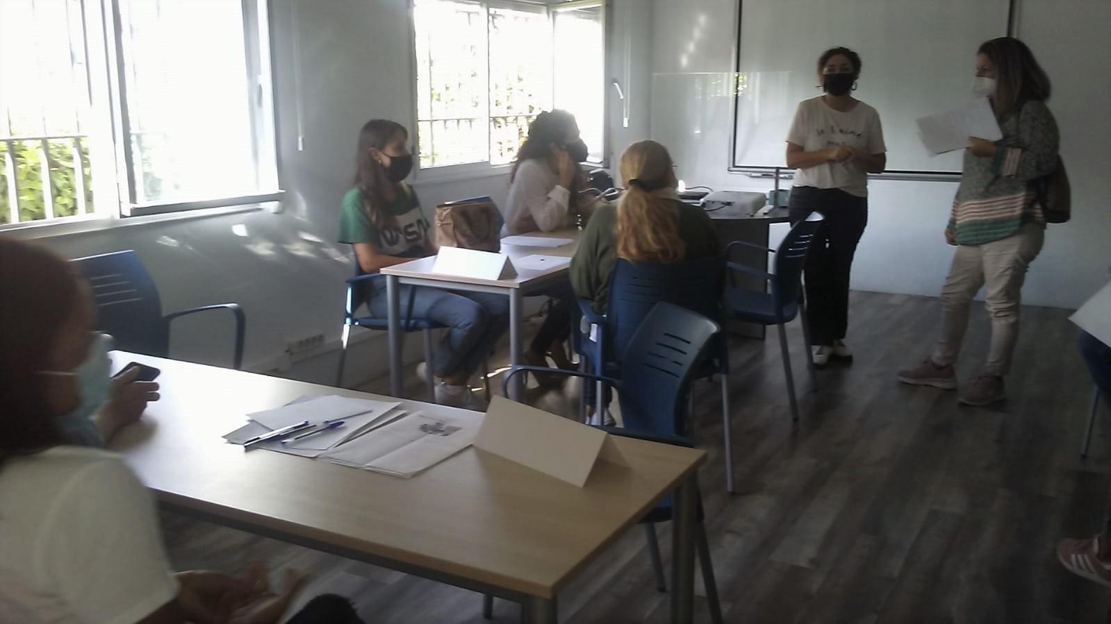 LA ESCUELA DE FAMILIA DEL «COF» DE LOS BARRIOS IMPARTE EL NUEVO TALLER «EDUCAR EN POSITIVO»